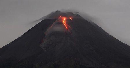 Endonezya'da Merapi Yanardağı'nda patlama