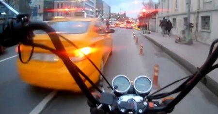 Motosikletli öfkesini müşterilerden çıkarttı