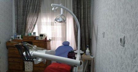Oturduğu evi kaçak diş muayenehanesine çevirmiş