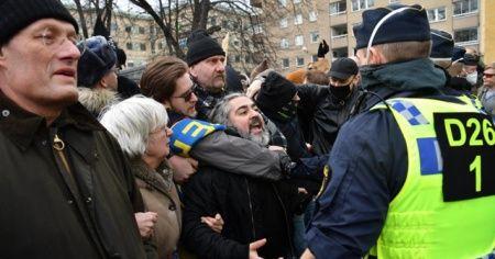 Stockholm'de olaylı Covid-19 protestosu