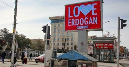 Van'da 3 dilde 'Love Erdoğan' görseli ekranlara yansıtıldı