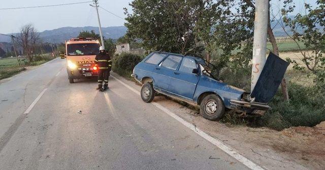 Aracıyla elektrik direğine çarpan sürücü can verdi