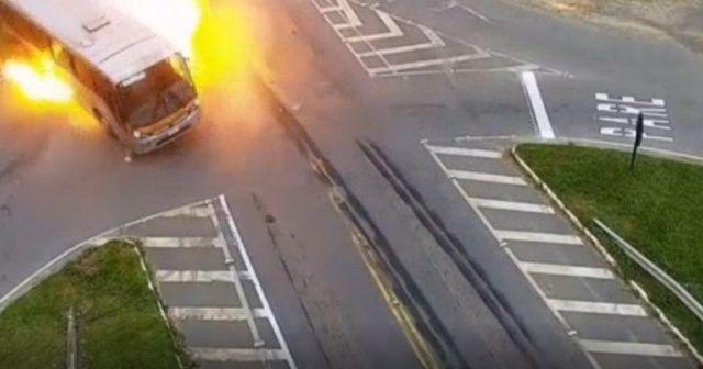 Brezilya'da tırın çarptığı otobüs alev aldı: 1 ölü