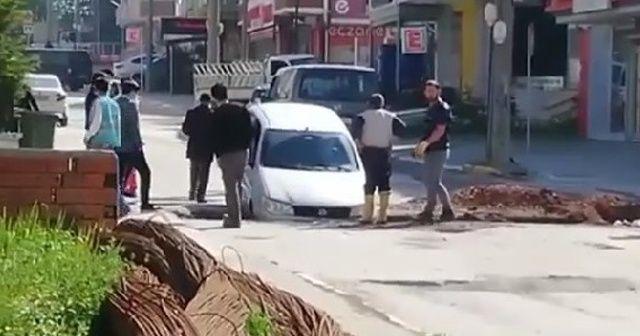 Caddede giderken otomobili ile çukura düştü