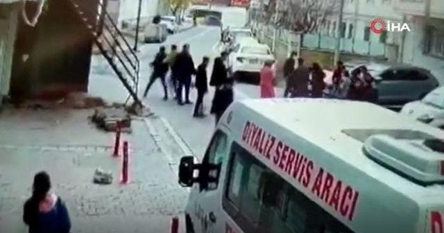 Eşini takip eden adama sokak ortasında tekme tokat dayak