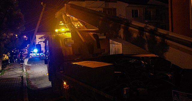 Freni boşalan kamyon elektrik direğine çarptı
