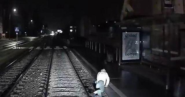 Genç kadın tramvayın altında kalmaktan son anda kurtuldu