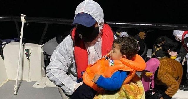 İzmir açıklarında Türk kara sularına itilen 30 düzensiz göçmen kurtarıldı