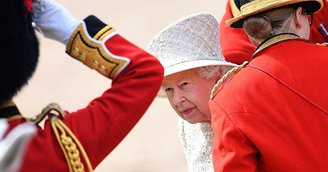 Kraliçe Elizabeth göreve döndü