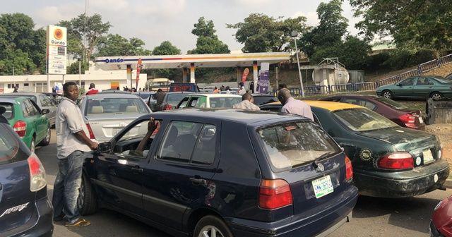 Nijerya'da benzin istasyonlarının önünde kuyruklar oluştu
