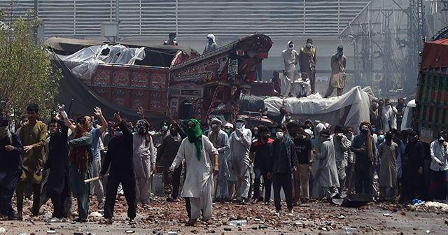 Pakistan'da polis göstericilere ateş açtı
