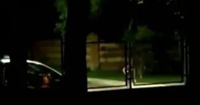 Polis, baltalı saldırganı araçla çarparak durdurmaya çalıştı