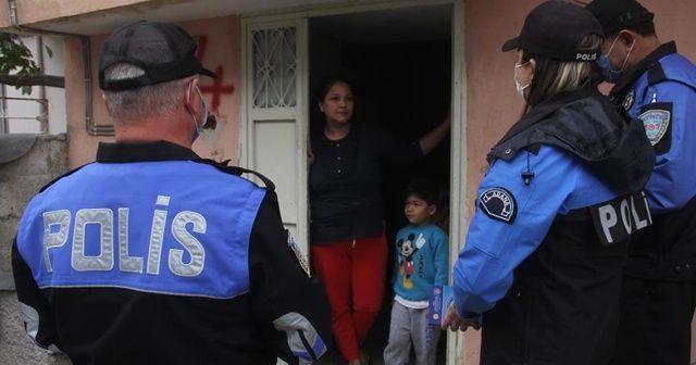 """Polis """"maske cezası"""" dolandırıcılığına karşı kapı kapı dolaşıp uyardı"""