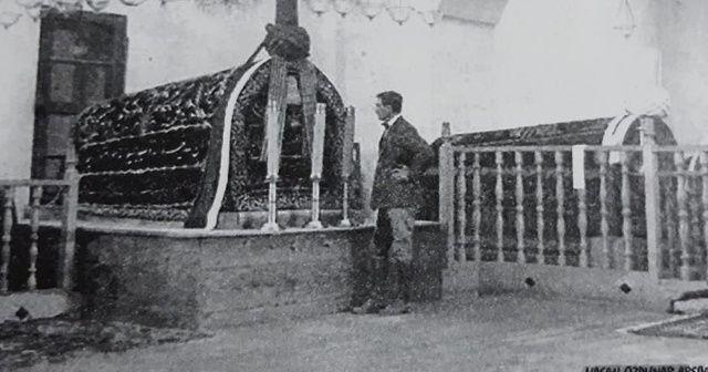 Prens Pihilip'in babası Afyon'daki türbeye çizmeleriyle girmiş