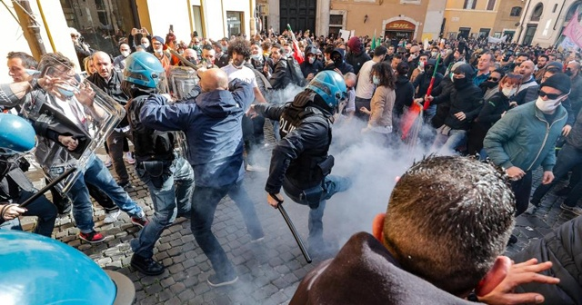 Roma'da Kovid-19 kısıtlamaları protesto edildi