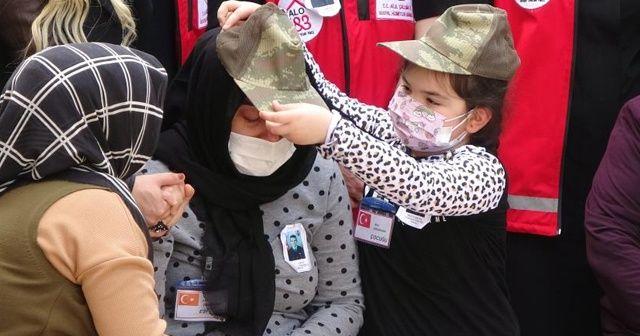 Şehidin kızı hem kendisine hem de annesine babasının şapkasını taktı