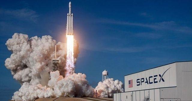 SpaceX 4 astronotu taşıyan mekiği uzaya fırlattı