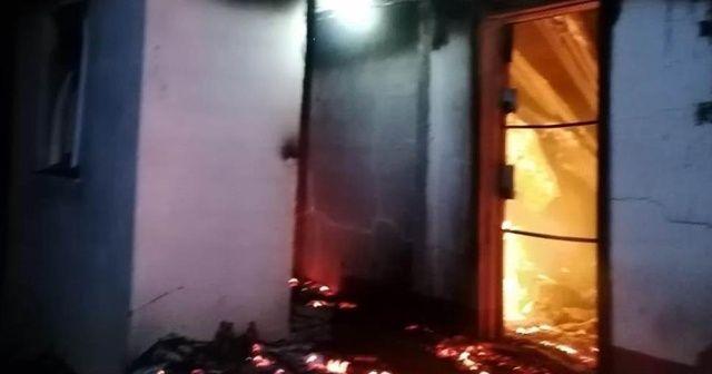 Yangında alevlerin arasında kalan bir kişi hayatını kaybetti