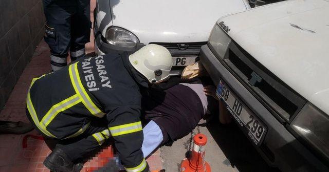 Yaşlı kadına ambulanstan inerken otomobil çarptı