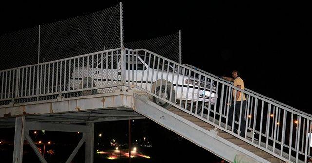 Yaya köprüsünden geçmeye çalışan otomobil korkuluklara sıkıştı