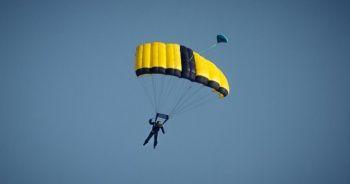 """""""Yarasa Adam"""" Kuzey Marmara Otoyolu'ndan paraşütle atladı"""