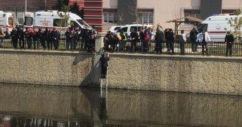Atladığı sudan çıkması için ekipler dakikalarca dil döktü