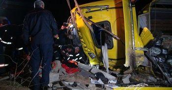 Bitlis'te tır ile kamyonet çarpıştı: 1 ölü, 2 yaralı