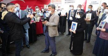 Diyarbakır'daki aileler, İzmir'de evlat nöbetine devam eden aileye destek verdi