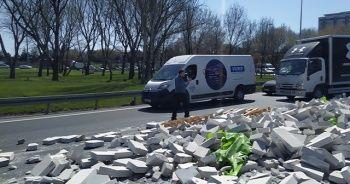Gaz beton döküldü, yol tek şeride düştü