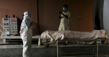 Hindistan'da krematoryumlarda yer kalmadı