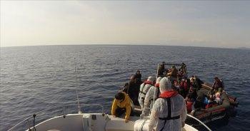 İzmir açıklarında Türk kara sularına itilen 59 sığınmacı kurtarıldı
