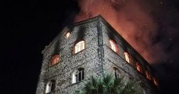 İzmir'de 4 katlı tarihi binadaki yangın söndürüldü