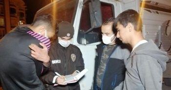 Kısıtlamada bekçiden kaçan gençler yakalanınca cezadan kaçamadı