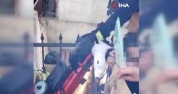 Koluna demir parmaklık saplanan çocuğu itfaiyenin kurtarma operasyonu kamerada