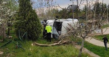 Kontrolden çıkan otomobil parka uçtu