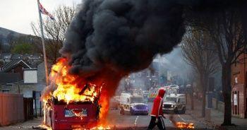 Kuzey İrlanda'da birlik yanlıların gösterilerinde otobüs ateşe verildi