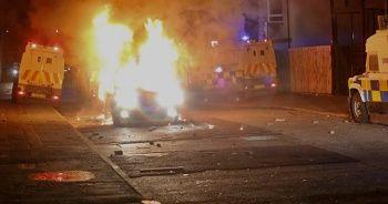 Kuzey İrlanda'da tansiyon düşmüyor: Aracı ateşe verdiler