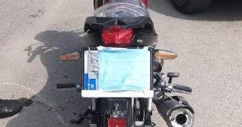 Maskeyi yüzü yerine motosikletinin plakasına taktı