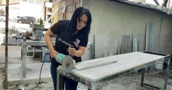 Mermer ustası kadın, kocasından öğrendiği mezar taşı işini kendi sürdürüyor