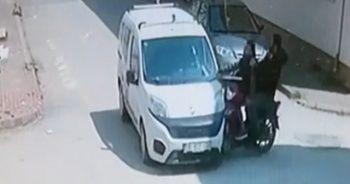 Motosikletteki gençlerin kazası kamerada