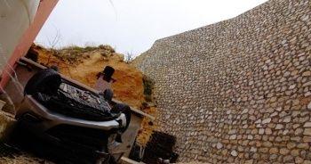 Otomobiliyle 30 metre yüksekten düşen hemşire ağır yaralandı