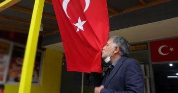 Şehit babası Türk bayrağını öpüp güvenlik güçlerine dua etti