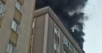 Son dakika: Bağcılar'da 6 katlı binanın çatısında yangın