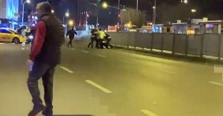 Kadıköy'de kazaya karışan şahısların yol ortasında kavgası