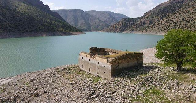 Baraj suyu çekildi, tarihi kilise ortaya çıktı
