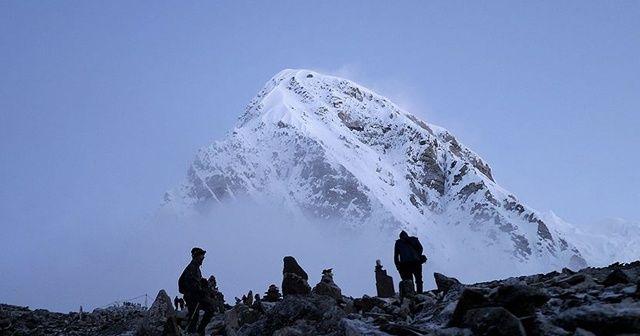 Everest Dağı'na tırmanan 2 dağcıdan acı haber