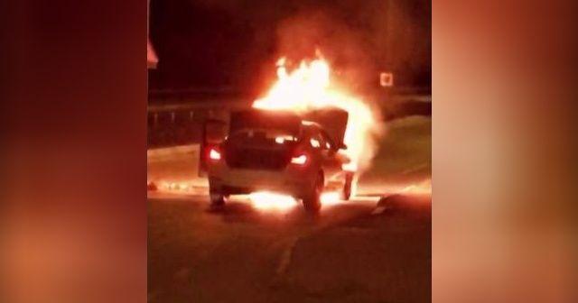 Kapanmayı unutup lüks aracın yanışını yanan aracı izlediler