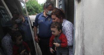 Çocuklarını dövüp balkondan sarkıtan anne gözaltına alındı