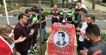 Diyarbekirsporlu futbolcular, şampiyonluk kupasıyla Gaffar Okkan'ın kabrini ziyaret etti