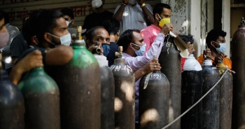 Hindistan'da aşı ve oksijen sıkıntısı sürüyor